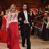 """Prinz Carl-Philip tauscht seine Frau (Prinzessin Sofia ist im Hintergrund zu sehen) gegen eine andere """"Lady in Red"""": Er schreitet mitEviHeldin in Richtung Bankett."""