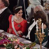 Auch Prinzessin Sofia und ihre Schwiegereltern, König Carl-Gustaf und Königin Silvia, haben am Tisch Platz genommen und scheinen sofort in eine Unterhaltung vertieft zu sein.