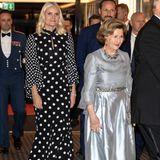 In Norwegen trägt Kronprinzessin Mette-Marit beim Gala-Dinner für den Friedensnobelpreisträger 2018 ein schwarzes langes Kleid im Polka-Dot-Design.