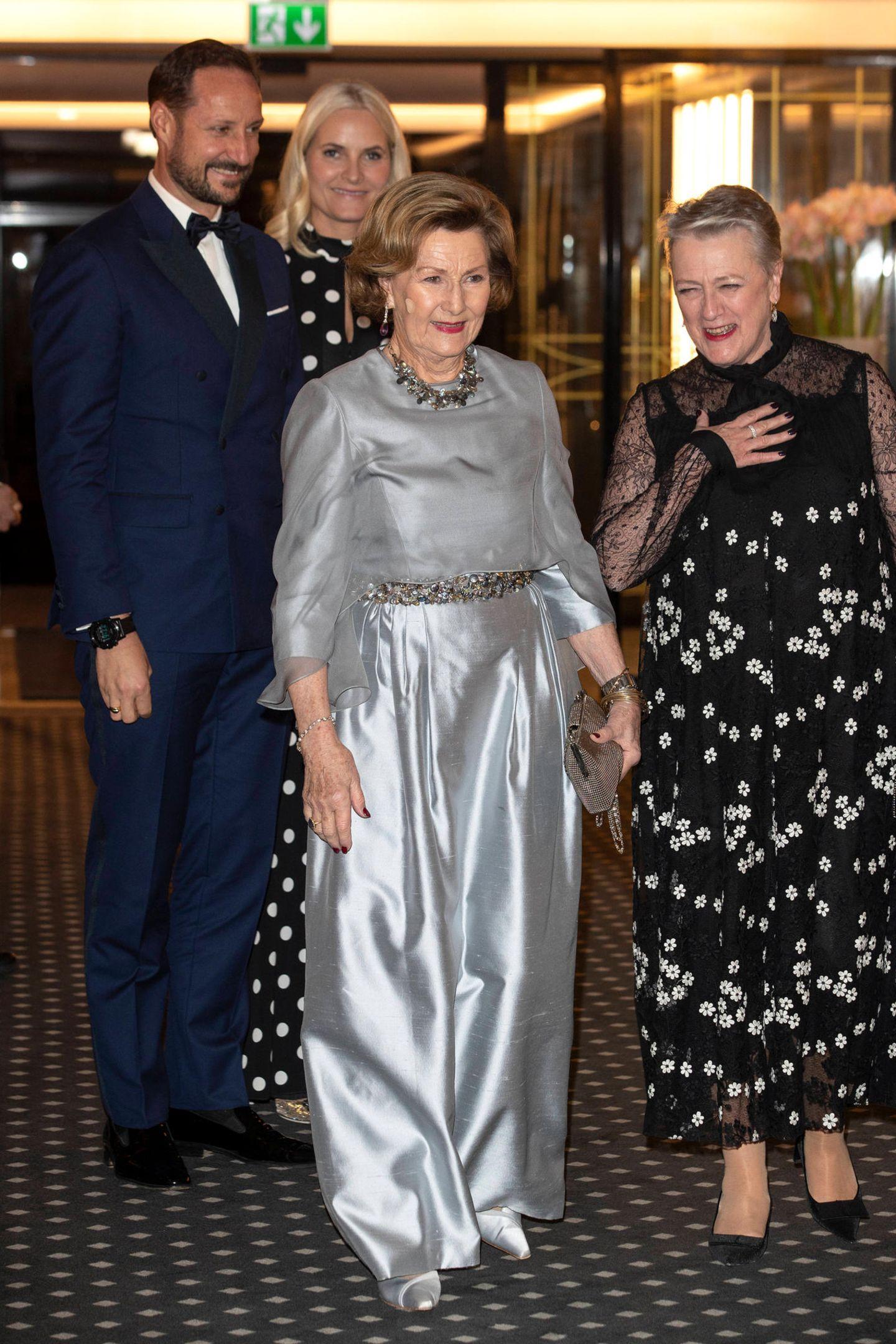 Königin Sonja glänzt von Kopf bis Fuß im silbernen Metallic-Look.