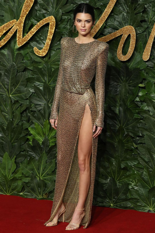 Wer genau hinschaut, der sieht: Das Julien Macdonald-Kleid von Kendall Jenner ist komplett durchsichtig und verhüllt nicht wirklich den Körper des Models.