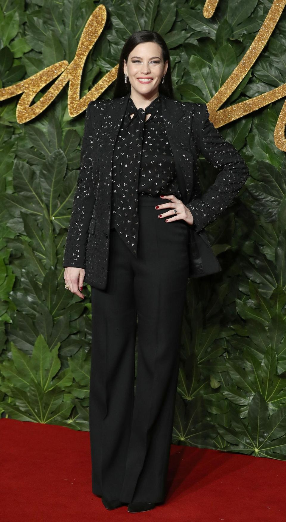 Liv Tyler trägt eine der beliebtesten Farben des Abends: schwarz. Ihr Outfit ist von Givenchy.