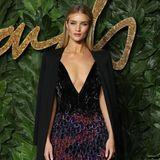 Tiefe Einblicke gewährt Rosie Huntington-Whiteley in ihrem Givenchy Haute Couture-Outfit.