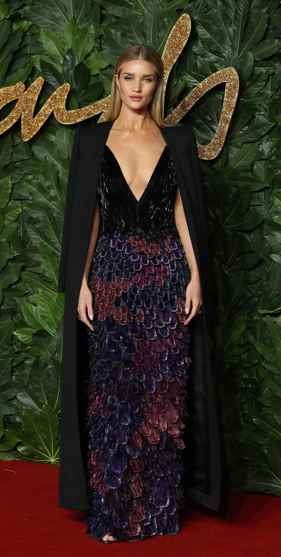 Tiefe Einblicke gewährt Rosie Huntington-Whiteley in ihrem Givenchy Haute Couture-Outfit.