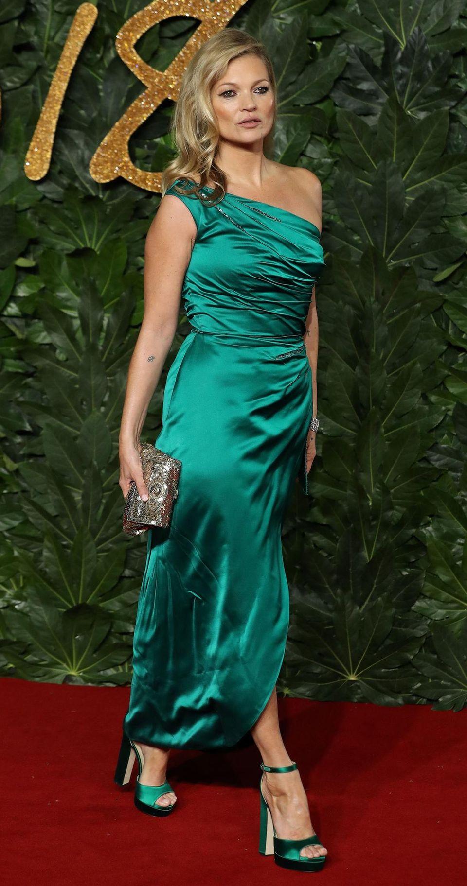 Makellos: Kate Moss in einem Traum aus grün. Ihre Jimmy Choos passen perfekt zum Rest des Outfits.