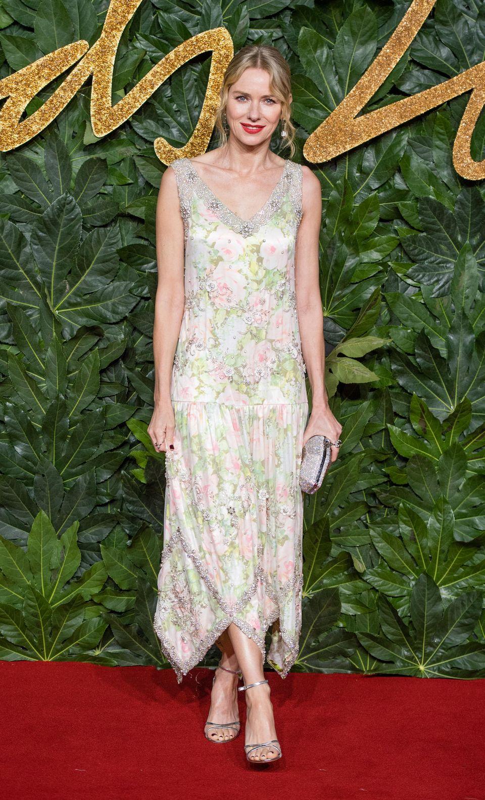 Es istnicht nur Naomi Watts' Schmuck von Atelier Swarovski, der so wundervoll glitzert. Auch ihr Kleid ist mit funkelnden Steinchen und Perlen bestickt.