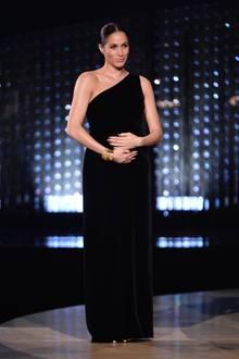 Bei den Fashion Awards in der royal Albert Hall legt Herzogin Meghan am 10. Dezember einen Überraschungsauftritt hin. Natürlich richten sich alle Blicke auf sie, als sie plötzlich die Bühne betritt. In einem schwarzen One-Shoulder-Dress aus schwarzem Samt wirkt sie sehr elegant. Die Robe stammt von ihrer Brautkleid-Designerin Clare Waight Keller, der sie einen der beliebten Preise überreichen darf.