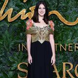 In einer Robe von Gucci könnte Lana Del Rey glatt auf eine Party von Gatsby gehen. Sie versprüht einfach 20's-Glam pur.