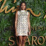 Naomie Harris wählt ein Minikleid von Miu Miu für den roten Teppich der Fashion Awards aus und könnte für ihren Look glatt selber einen Preis erhalten.