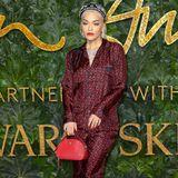 Rita Ora kleidet sich von Kopf bis Fuß in Prada. Ganz besonders ihre Strümpfe lassen die frühen 80er wieder aufleben.