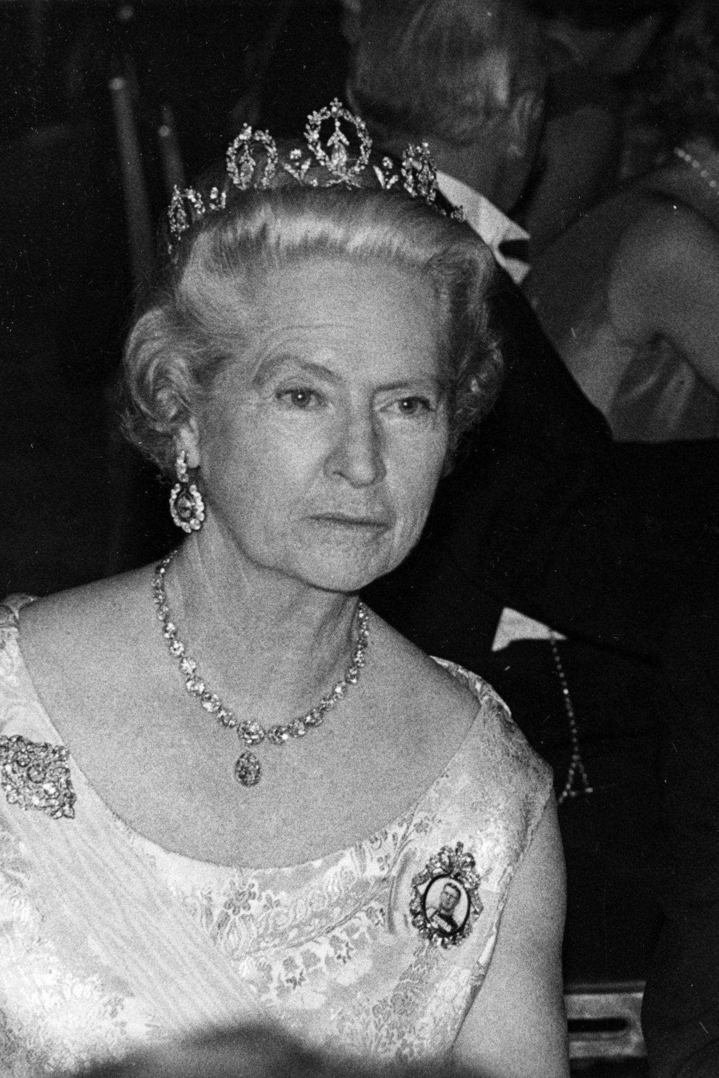 """Nach dem Tod von Prinzessin Margareth von Connaught erbt Schwiegertochter Prinzessin Sibylla – Mutter von König Carl Gustaf – die schöneTiaraund trägt diese sooft, dass sie nun auchals """"Prinzessin-Sibyllas-Diadem"""" bestens bekannt ist."""