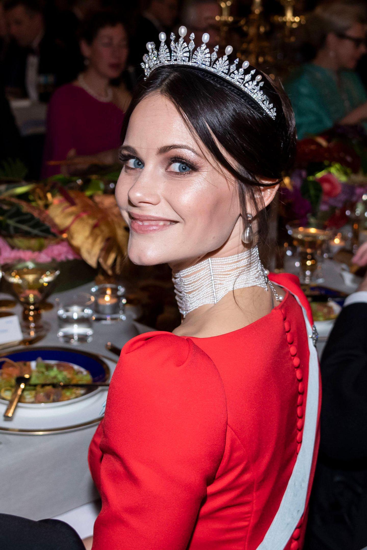 Die Schweden-Royals können so einige wunderschöne Hochkaräter ihr Eigen nennen. Auch dieses Schmuckstück gehört zu den Schätzen des Königshauses: eine funkelnde Tiara, diePrinzessin Sofiaanlässlich desNobel-Banketts im Rathaus in Stockholm trägt. Der Hochkaräter scheint zu ihren Lieblingen zu gehören, denn Sofia trägt das Diadem nicht nur zu ihrer Hochzeit mit Prinz Carl Philip im Jahr 2015, sondern auch zu anderen wichtigen Staatsbanketts.