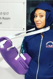 Mel B. versetzt ihre Fans in große Sorge:Auf Instagram verkündet das Spice Girl, sie habe sich zwei Rippen gebrochen und eben eine dreistündige Operation hinter sich gebracht. Ihr rechter Arm ist nun in einem Gips gehüllt. Was ist der Sängerin bloß zugestoßen?