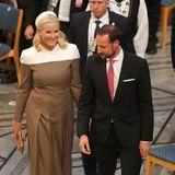 Große Freude beim Friedensnobelpreis: Prinzessin Mette-Marit erscheint als Überraschungsgast zu der Verleihung. Aufgrund ihrer chronischen Lungenfibrose, sagt Norwegens Kronprinzessin große Termine nicht mehr zu, sondern hält sich offen, zu den Veranstaltungen zu gehen. Für ihren Auftritt am 10. Dezember wähltMette-Marit ein Kleid des Labels Fendi, das wir vor Kurzem noch auf dem Laufsteg sahen. Die farblich auf das Midi-Kleid abgestimmten Pumps sind von Louboutin und befinden sich schon länger in Mette-Marits Kleiderschrank. Aufgrund des auffälligen Kragens verzichtet die Prinzessin auf eine Kette, setzt schmucktechnisch lediglich auf Perlenohrringe.