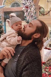 """10. Dezember 2018  Was für ein zuckersüßer Anblick: Hana Nitsche zeigt auf ihrem Instagram-Account ein Foto von ihrem VerlobtenChris Welch und ihrem kleinen Töchterchen. Vor weihnachtlicher Kulisse posiert das süße Vater-Tochter Gespann. Dazu schreibt das Model """"Daddy's Girl."""""""