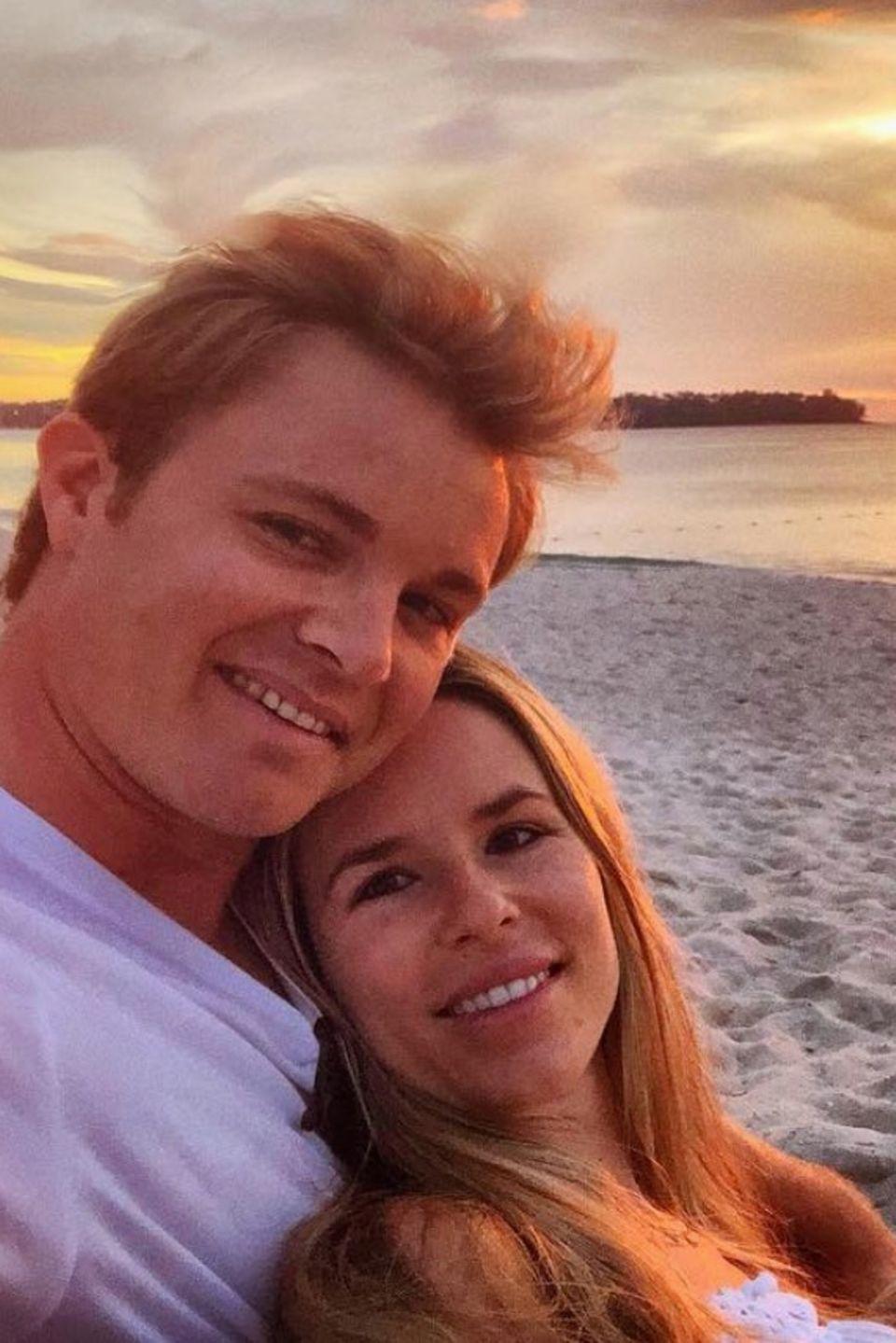 """11. Dezember 2018  Es wird aber nicht nur getobt und gesprungen, sondern auch gekuschelt. Das Ehepaar genießt den Sonnenuntergang am Strand in Phuket. Ein User schreibt """"Täusche ich mich oder macht das Leben nach der Formel-1 mehr Spaß?"""" Nico scheint es jedenfalls nicht schlecht zu gehen."""