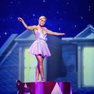 Schlagerstar Helene Fischer zeigt sich nicht nur in vielen Looks bei ihrer legendären Show, sondern präsentiert uns auch ihre Wandelbarkeit. Diese Momentaufnahme zeigt sie als zierliche Ballerina - doch Moment mal, diese Arme sind alles andere als zierlich. Helene zeigt uns in diesem mädchenhaften Kleid ihre Armmuskeln - und die können sich wirklich sehen lassen.