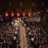 Die lange Tafel, an der die Gäste Platz finden, ist festlich gedeckt.