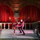 Vor dem Servieren des Desserts führen Tänzer eine beeindruckende Performance vor.