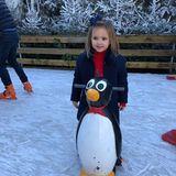Die kleine Tochter Sophia von Tamara Ecclestone hat sichtlich Spaß auf der Eisbahn. Zur Hilfe auf demglitschigen Unterfangen hat die Kleine einelustigePinguin-Figur mit Griffen.