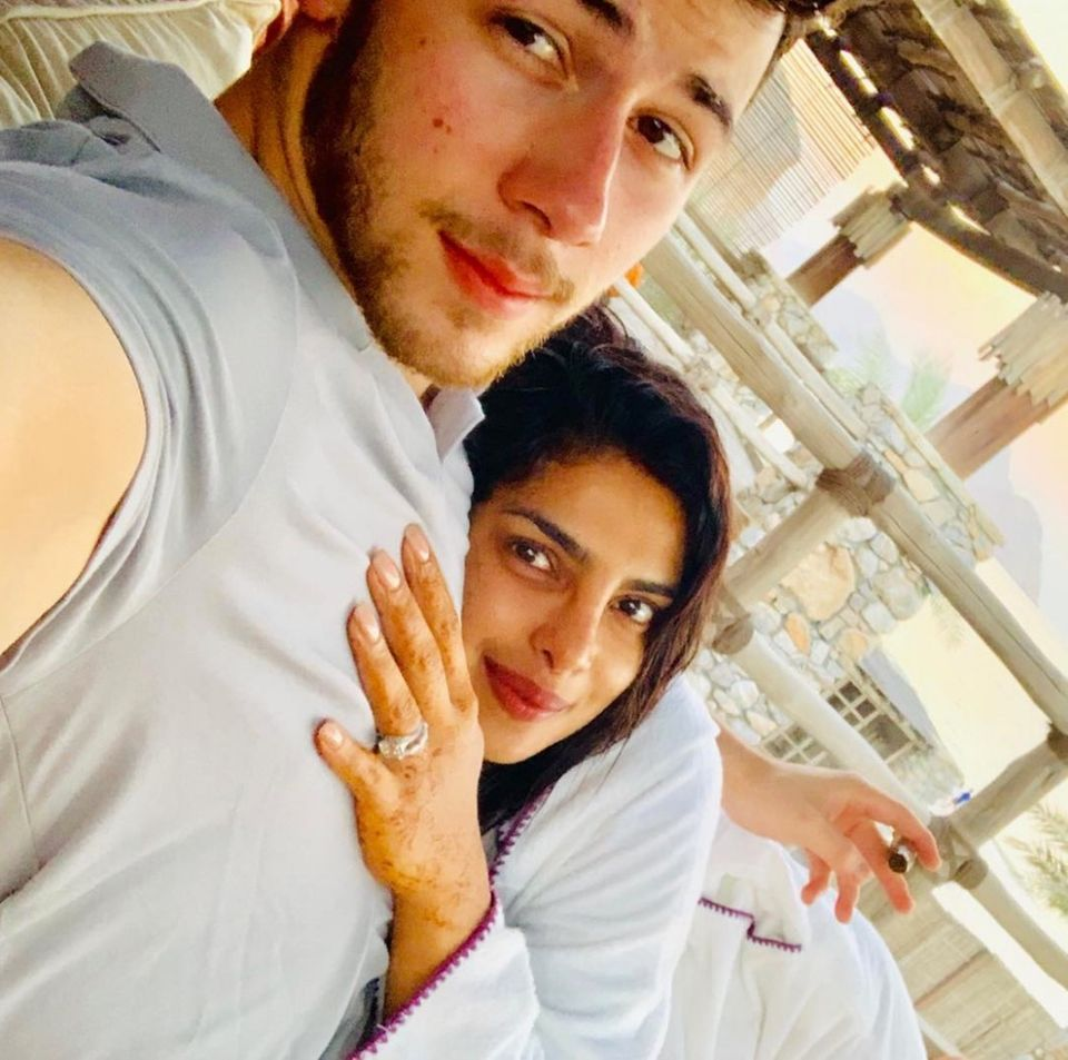11. Dezember 2018  Derweil erholen sich Nick Jonas und seine frischangetraute Ehefrau Priyanka Chopra noch von den Nachwehen ihrer wilden Hochzeit. Etwas erschöpft, aber unglaublich glücklich, schaut das Paar in die Kamera. Ihren Ring setzt Chopra dabei gekonnt in Szene.