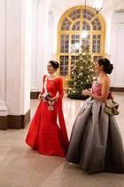 11. Dezember 2018  Ein schöner Moment: Prinzessin Sofia und Prinzessin Victoria stehen ihren Gatten gegenüber. Das Foto zeigt die zwei Paare am Abend eines Nobeldinners in Stockholm. Leider verrät das Königshausauf Instagram nicht, worüber die Royals hier so herzlichen lachen.