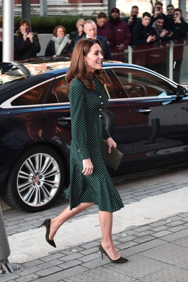 In einem hochgeschlossenen eleganten Kleid betritt Herzogin Catherine am Dienstag (11.12)einKinderkrankenhaus inLondon. Das Kleid des britischen LabelsL.K. Bennett wirdmit seinem Polka-Dot-Muster den modischen Geschmack der hübschen Brünettengetroffen haben, griff Kate in der Vergangenheit bereits mehrfach zu diesem Muster.