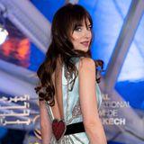 Vor allem auch der schöne Rücken entzückt! Die hellblau-schimmernde Robe von Gucci glänztmit einer Herz-Applikation am Ende des Rücken-Dekolletés. Nur einen Tag später zeigt sich Dakota Johnson in einem weniger glamourösen Look ...