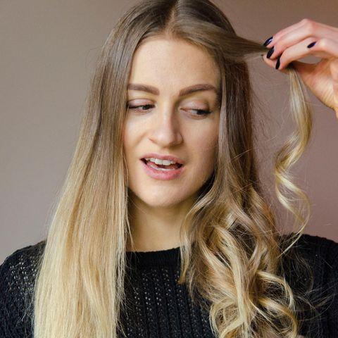 Eine Seite ihrer Haare hat Tabea mit dem 30mm-Lockenaufsatz des Airwraps von Dyson gestylt, die anderen einfach nur gekämmt. Der Unterschied ist enorm, das Ergebnis lässt sich sehen.