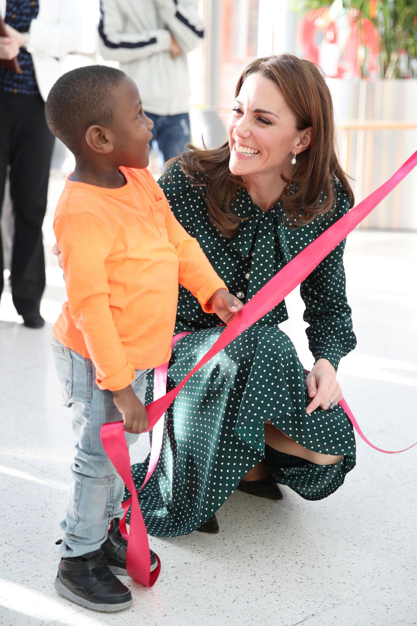 11. Dezember 2018  Bei dem Besuch unterstützt Herzogin Catherine unter anderem den Jungen Cruz Brown. Gemeinsam veröffentlichen sie ein großes Banner, auf dem der Vierjährige selbst mit drauf ist ...