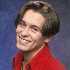 Bei Take That zählt er neben Robbie Williams zu den Lieblingen der Band. Mark Owen ist der Mädchenschwarm der Neunziger Boyband.