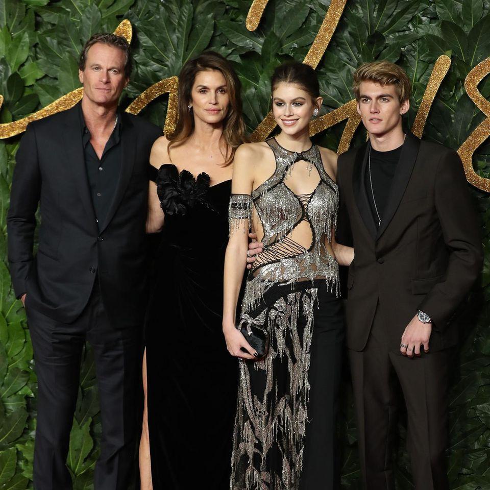 10. Dezember 2018  Die British Fashion Awards 2018 in London werden für sie zum Familienausflug. Rande Gerber, Ehefrau Cindy Crawford und ihre Kids Kaia undPresley Gerber posieren für ein Gruppenfoto.