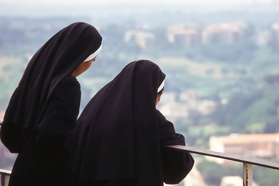 Nonnen blicken herab auf die Stadt