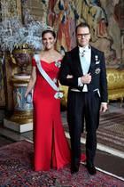 Nachdem sich Prinzessin Victoria am Abend zuvor ein altes Kleid ihrer Mutter lieh, zieht sie beim Königsdinner zu Ehren der Nobelpreisträger im Palast in einem knallroten Kleid alle Blicke auf sich. Ein tiefer Ausschnitt, der ihre Schultern freilegt und der figurbetonte Schnitt der Robe lassen sie sexy und dennoch elegant wirken.