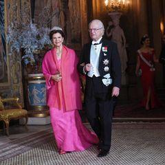 Auch Königin Silvia entscheidet sich für eine knallige Farbe. Sie kommt in einer pinken Robe mit farblich passender Stola.