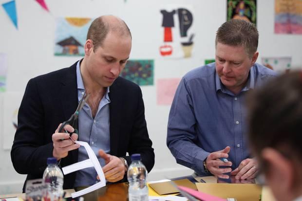 Traute sich dann doch noch an die Schere: Prinz William beim Basteln