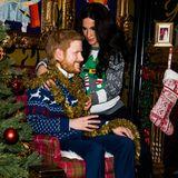 11.Dezember 2018  Sind Herzogin Meghan und Prinz Harry zu Besuch in Berlin? Imbunten Weihnachtspullover hängt die Schwangere ihrem Liebsten eine Festtagsgirlande um den Hals. Aber wenn wir genauer hinsehen....
