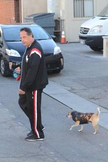 """12. Dezember 2018  Jon Lovitz (""""Kindsköpfe 2"""") führt seinen Hund inBeverly Hills spazieren. So richtig viel Spaß scheint es dem Comedian nicht zu bereiten."""