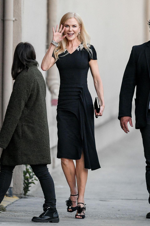 """11. Dezember 2018  Hollywoodstar Nicol Kidman grüßt noch schnell die Fotografen, bevor sie in Richtung """"Jimmy Kimmel Live""""-Studio verschwindet."""