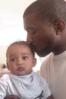 13. November 2018  Liebevoll küsst Kanye West den kleinen Saint auf den Kopf.