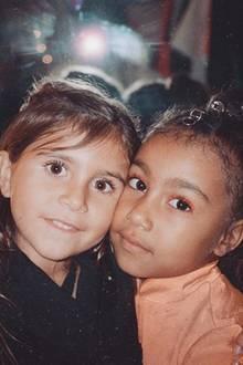 27. November 2018  Kim Kardashian ist richtig stolz auf ihre hübsche Tochter North (rechts im Bild) und ihre NichtePenelope, die Tochter von Kourtney Kardashian. Doch was entdecken wir da bei North auf den Augen? Istdas etwa orangefarbenerLidschatten, den die 5-Jährige da trägt?