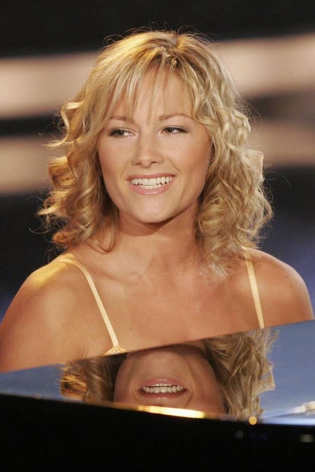 """2006  Im Februar erscheint Helene Fischerserstes Album """"Von hier bis unendlich"""". Ihr Look ls Schlager-Newcomerin: Schulterlanges Haar, Pony, hell glitzernder Lidschatten."""