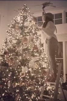 Was eine Prachttanne! Kelly Rowland schmückt den riesigen Weihnachtsbaum mit einer Leiter.