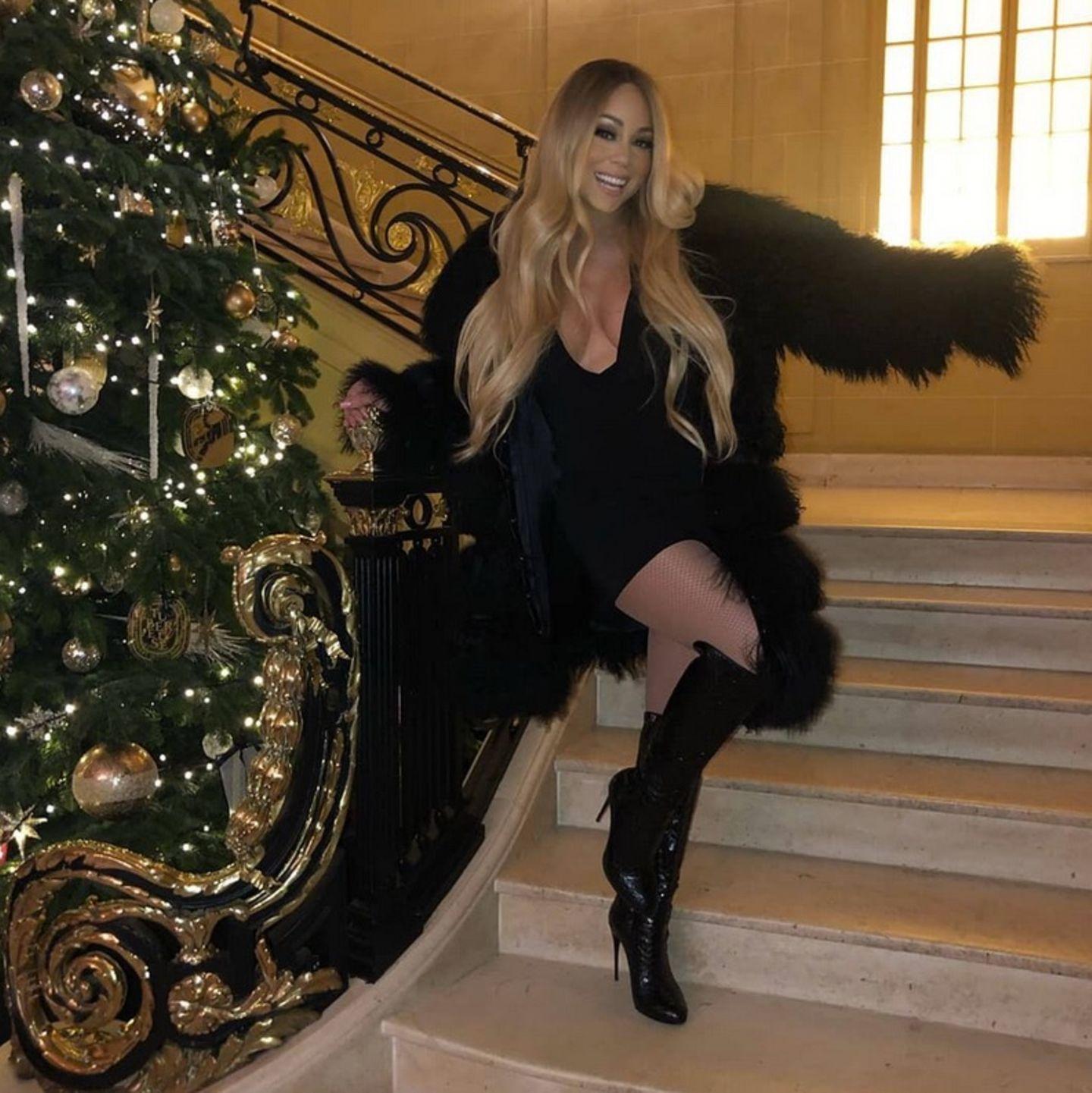 Mariah Carey ist so richtig in Partystimmung! Vor einem goldgeschmückten Baum tänzelt die Pop-Diva herum.