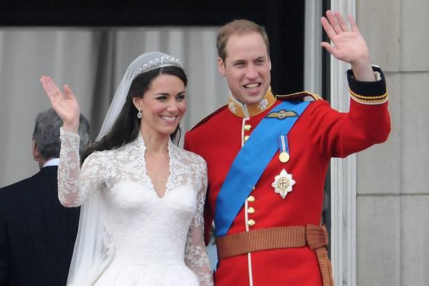 Nur wenige Monate nach ihrer Verlobung traten Herzogin Catherine und Prinz William am 29. April 2011 vor den Altar. Überglücklich winkte das Paar nach der Trauung vom Balkon des Buckingham Palastes.