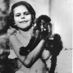 Im Alter von zweieinhalb Jahren zieht Silvia gemeinsam mit ihren Eltern Walther und Alice und ihren drei älteren Brüder Ralf, Walther und Jörg ins brasilianische São Paulo. DieFamilie verbringt zehn Jahre in Südamerika und kehrterst 1957 nach Deutschland zurück.  Dieses Foto zeigt Silvia mit Kapuzineräffchen Micki.