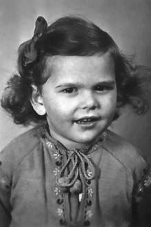 1945  Dieses Foto zeigt die damals zweijährige Königin Silvia. Zu dieser Zeitwar sie allerdings noch eine Bürgerliche. Silvia Renate Sommerlath wurde am 23. Dezember 1943 in der deutschen Stadt Heidelberg geboren. Ob sie damals schon ahnte, dass Großes auf sie wartet?