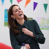 Bei einem Termin in einem Zentrum für Obdachlose in London hat Herzogin Catherine viel Spaß und lacht herzhaft.