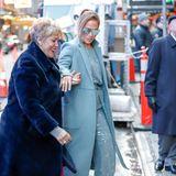 Das muss Liebe sein! Jennifer Lopez hilft ihrer Mutter über den rutschigen Kannstein im kalten New York. Liebevoll reicht die Pop-Latina der Mama die Hand.