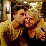 Schauspieler Zach Braff zeigt auf seinem Instagram-Account seine Liebe zu seiner Mama Ann. Liebevoll umarmt der Schauspieler seine Mutter und knutscht sie.